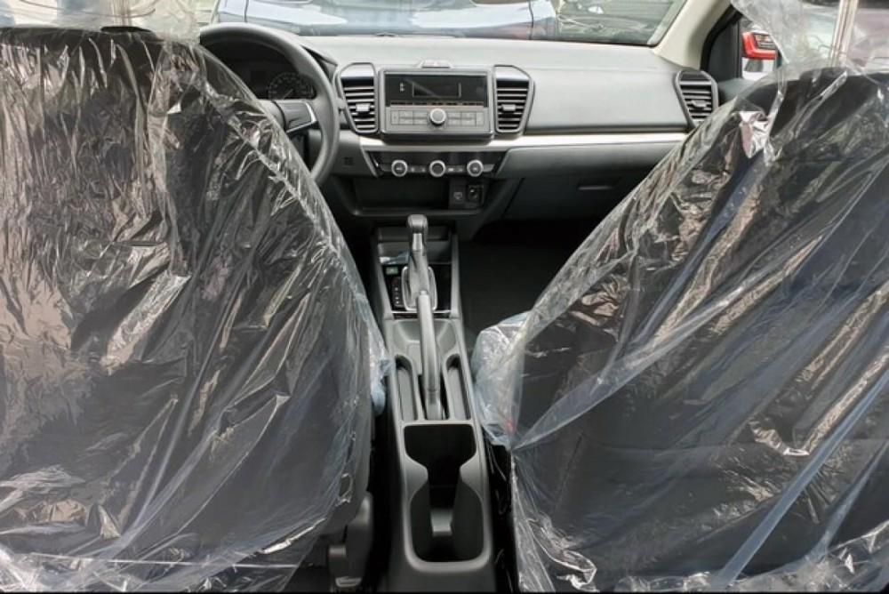 Giữa hai ghế trước không có bệ tỳ tay và cửa gió điều hòa cho phía sau.