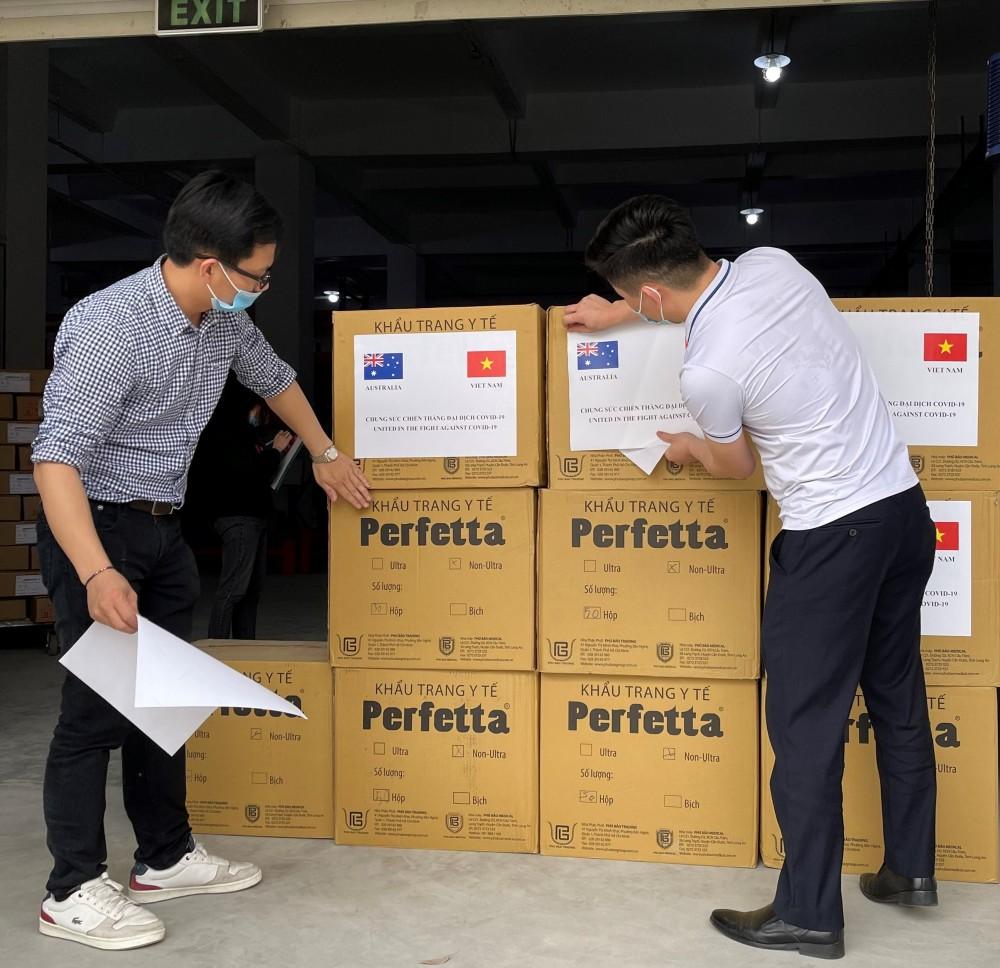 Đóng gói khẩu trang để vận chuyển từ Việt Nam đến Dili. Ảnh: ĐSQ Australia