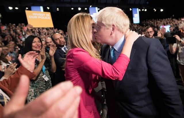 Thủ tướng Anh Boris Johnson và hôn thê kém 23 tuổi rạng rỡ trong đám cưới bí mật
