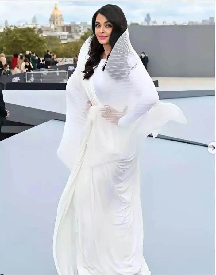 'Hoa hậu đẹp nhất thế giới' Aishwarya Rai tỏa sáng tại Tuần lễ thời trang Paris