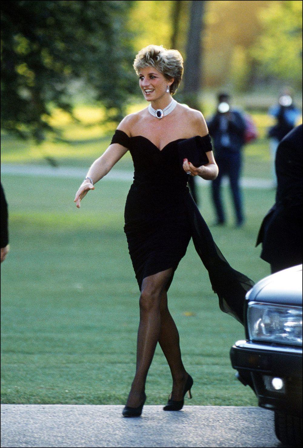 Hoàng gia Anh: Những bộ trang phục 'táo bạo' của Công nương Diana