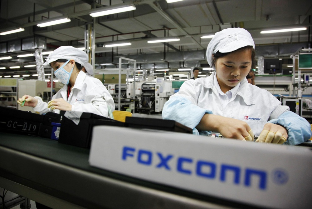 2513 100642777 foxconn worker assembly line gettyp scaled