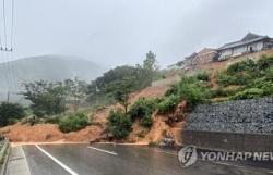 Sau Trung Quốc và Nhật Bản, mưa dông càn quét Hàn Quốc, gây thiệt hại nặng cho các tỉnh phía Nam