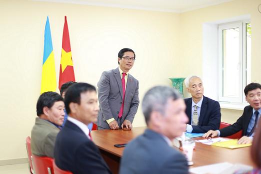 Đại sứ Việt Nam tại Ukraine Nguyễn Hồng Thạch làm việc với Hội người Việt tại Odessa, Ukraine.
