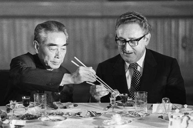 Thủ tướng Trung Quốc Chu Ân Lai gắp thức ăn cho ông Henry Kissinger tại một bữa tiệc ở Bắc Kinh năm 1971. (Ảnh tư liệu)
