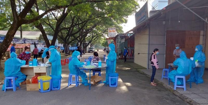 Lấy mẫu xét nghiệm Covid-19 cho người dân tỉnh Đồng Nai. (Nguồn: SK&ĐS)