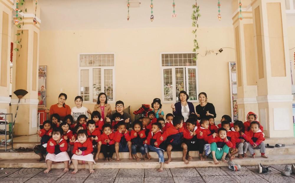 Luật cùng bạn bè tặng trẻ em áo vùng cao Dakrong, Quảng Trị thông qua sự đóng góp của cộng đồng.