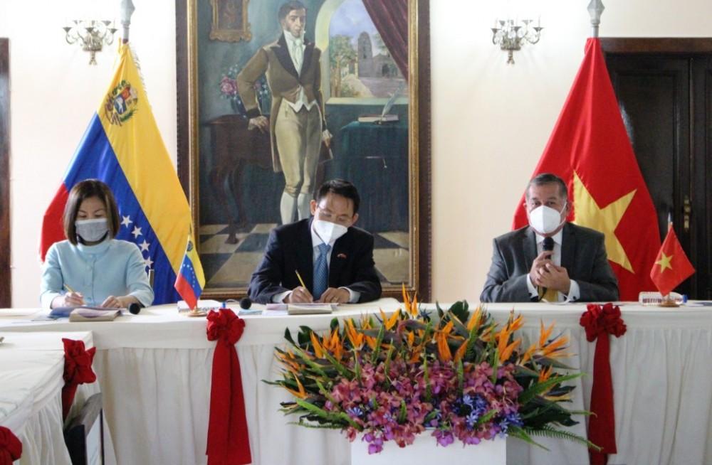 Đại sứ Việt Nam tại Venezuela Lê Viết Duyên cùng đoàn công tác của Đại sứ quán đã có chuyến thăm và làm việc tại bang Trujillo
