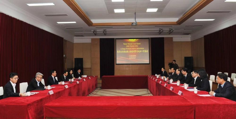 Đoàn cán bộ Tổng Lãnh sự quán Việt Nam tại Thượng Hải làm việc với Cục Lưu trữ Giang Tô