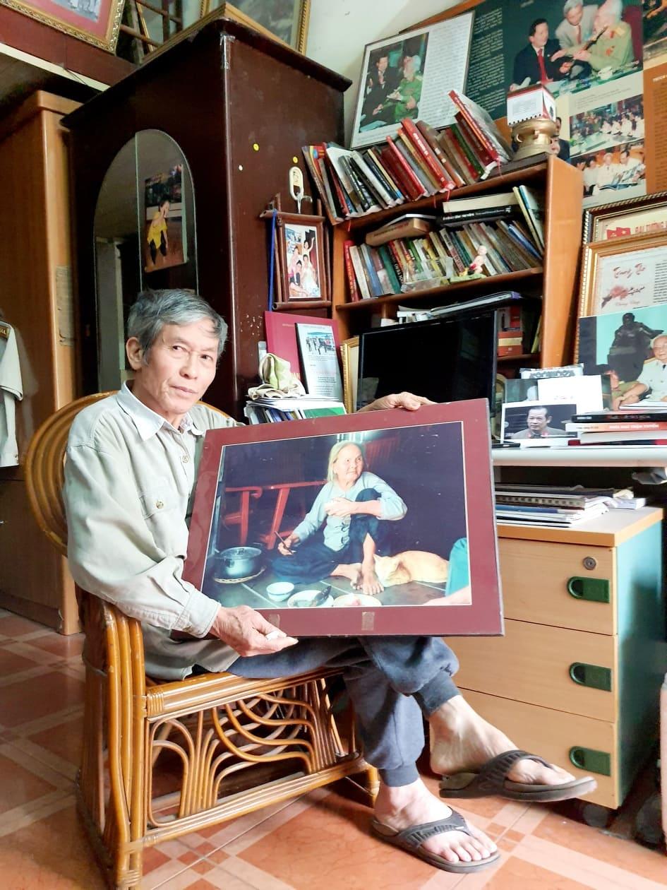 Đại tá Trần Hồng bên bức ảnh mẹ Nguyễn Thị Khánh có bảy con trai đều là liệt sỹ. Mẹ ở ấp Tám Ngàn, xã Bình Sơn, huyện Hòn Đất, Kiên Giang. (Ảnh: NVCC)