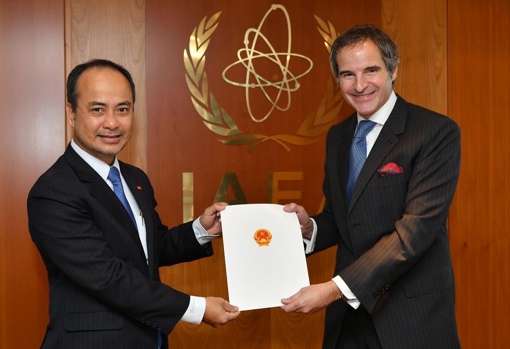 Đại sứ Nguyễn Trung Kiên, Đại diện thường trực Việt Nam tại Cơ quan Năng lượng nguyên tử quốc tế (IAEA) đã trình Ủy nhiệm thư tới Tổng Giám đốc IAEA Rafael Mariano Grossi.