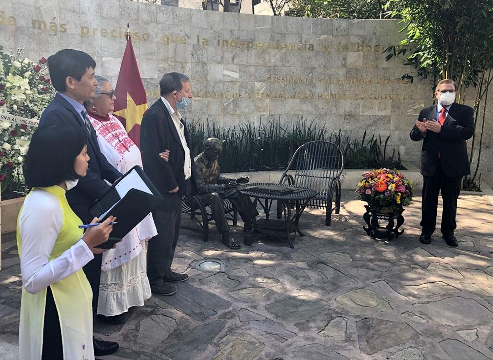 Tác giả, nhà điêu khắc Pedro Ramírez Ponzanelly giới thiệu ý nghĩa công trình Tượng đài Chủ tịch Hồ Chí Minh tại buổi lễ.