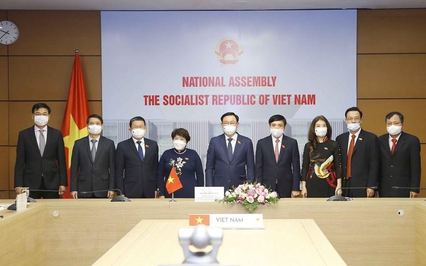 Chủ tịch Quốc hội Vương Đình Huệ với các đại biểu dự hội đàm trực tuyến. (Ảnh: Doãn Tấn/TTXVN)