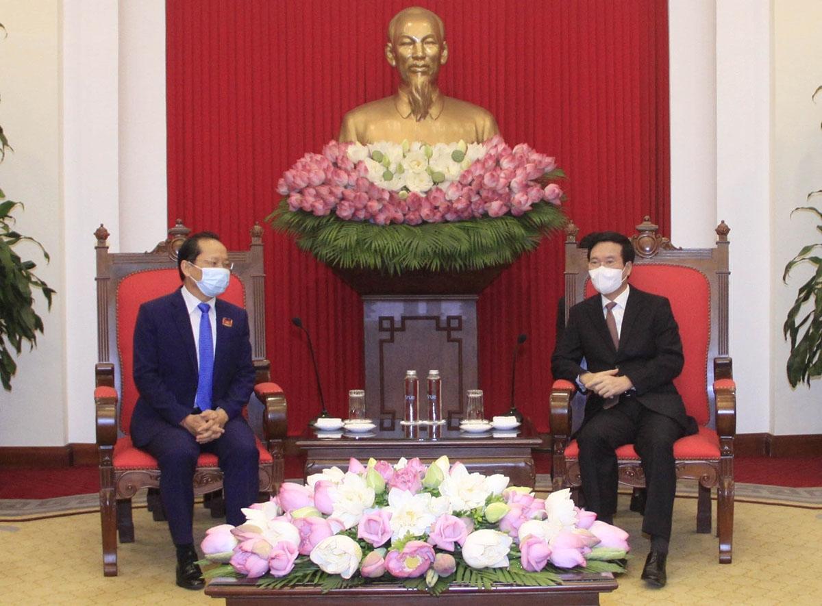 Đồng chí Võ Văn Thưởng, Ủy viên Bộ Chính trị, Thường trực Ban Bí thư tiếp Đại sứ Campuchia tại Việt Nam Chay Navuth. (Nguồn: TTXVN)