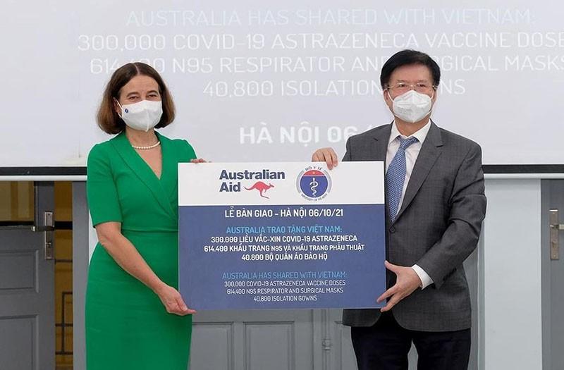 Bộ Y tế tiếp nhận thêm 300.000 liều vaccine Covid-19 và trang thiết bị chống dịch từ Australia