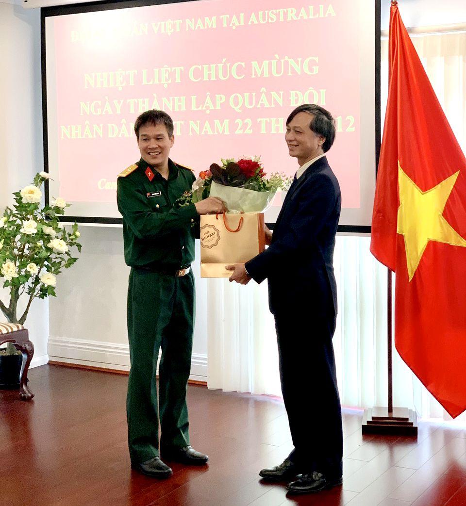 """Đại sứ Nguyễn Tất Thành chúc toàn thể cán bộ Phòng Tùy viên Quốc phòng luôn giữ vững phẩm chất cao đẹp của """"anh bộ đội Cụ Hồ"""", hoàn thành xuất sắc mọi nhiệm vụ được giao."""
