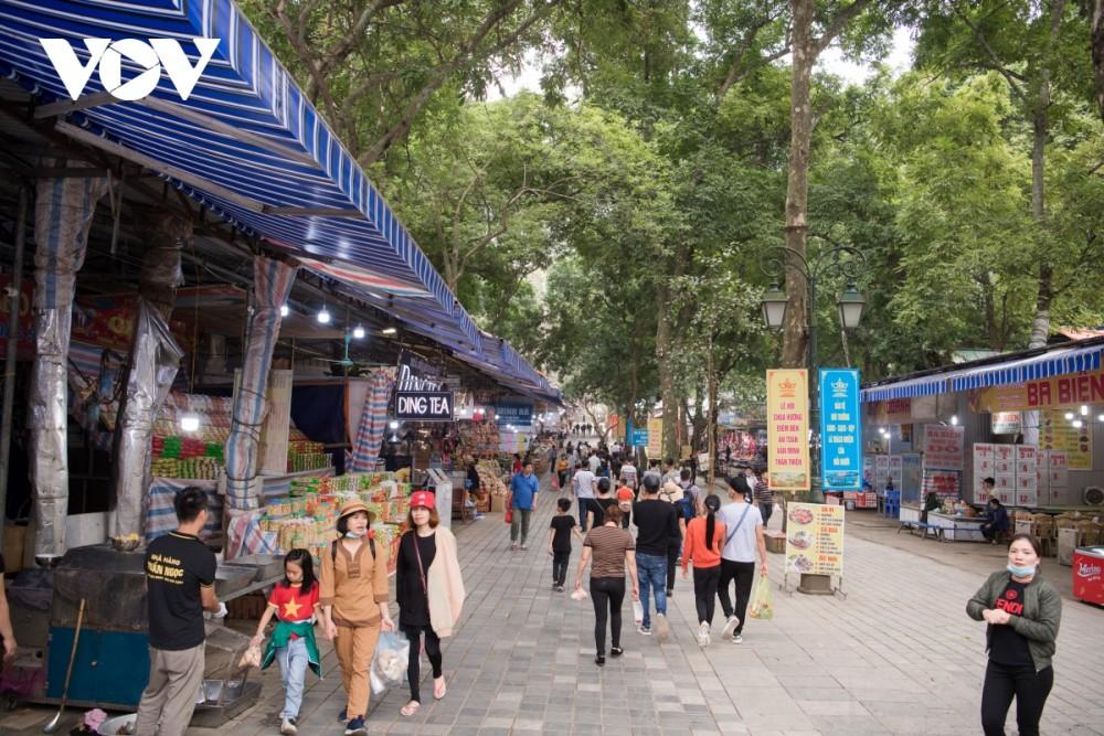 Có thể nói, nếu so với ngày khai hội của những năm trước, thì trong ngày đầu tiên mở cửa trở lại trong năm mới Tân Sửu 2021 này, lượng người đến với chùa Hương không quá đông.