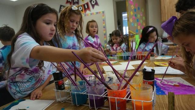 Trẻ em trong tiết học mỹ thuật.