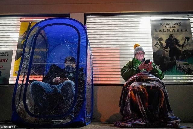 Black Friday: Bất chấp Covid-19, dân Mỹ đổ xô dựng lều, xếp hàng qua đêm săn giảm giá
