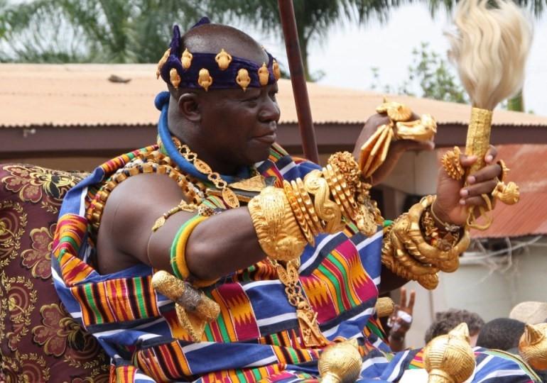 Quốc vương Ashanti Otumfuo Nana Osei Tutu II. Vàng là biểu tượng quyền lực. (Nguồn: africaonlinemuseum.org)
