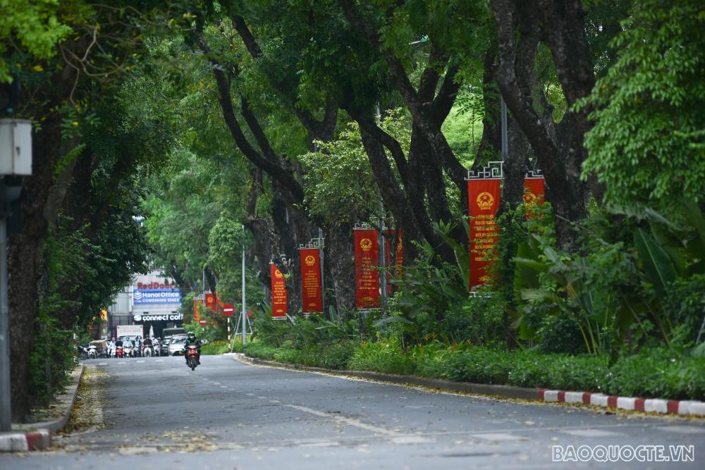 Đường phố Hà Nội rực rỡ trước ngày hội bầu cử