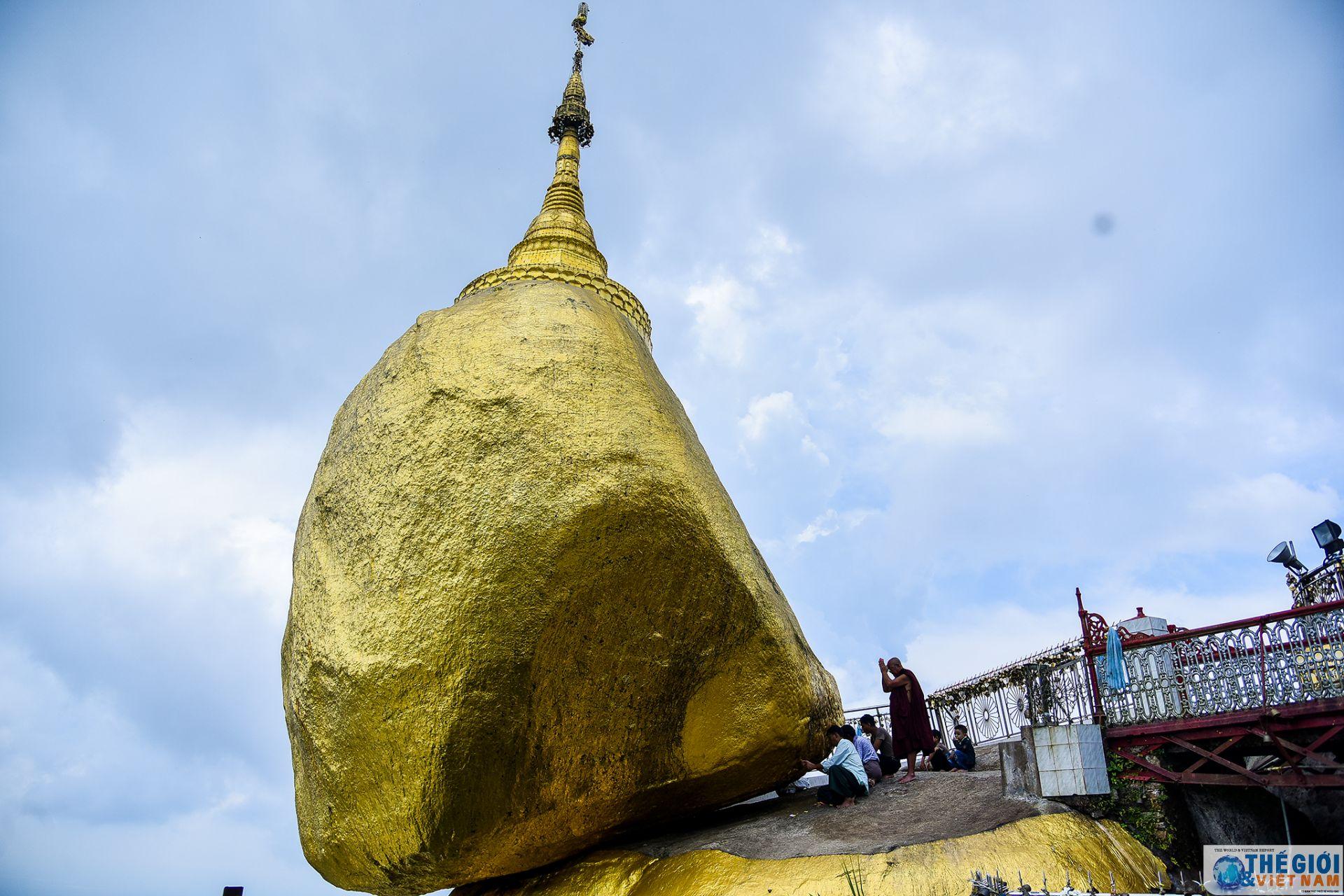 golden rock ngoi chua tren hon da thieng nghieng mai khong do o myanmar