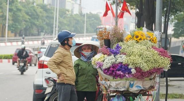 """Cận ngày 8/3, hoa tươi bán dọc vỉa hè, tiểu thương """"đứng ngồi"""" chờ khách"""