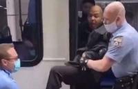 Không chịu đeo khẩu trang, người đàn ông Mỹ bị cảnh sát lôi xuống xe buýt
