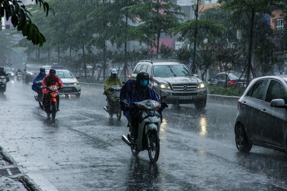 Dự báo thời tiết đêm nay và ngày mai (9-10/4): Hà Nội, Đông Bắc Bộ đêm và sáng trời lạnh, mưa rào rải rác; Nam Bộ ngày nắng nóng