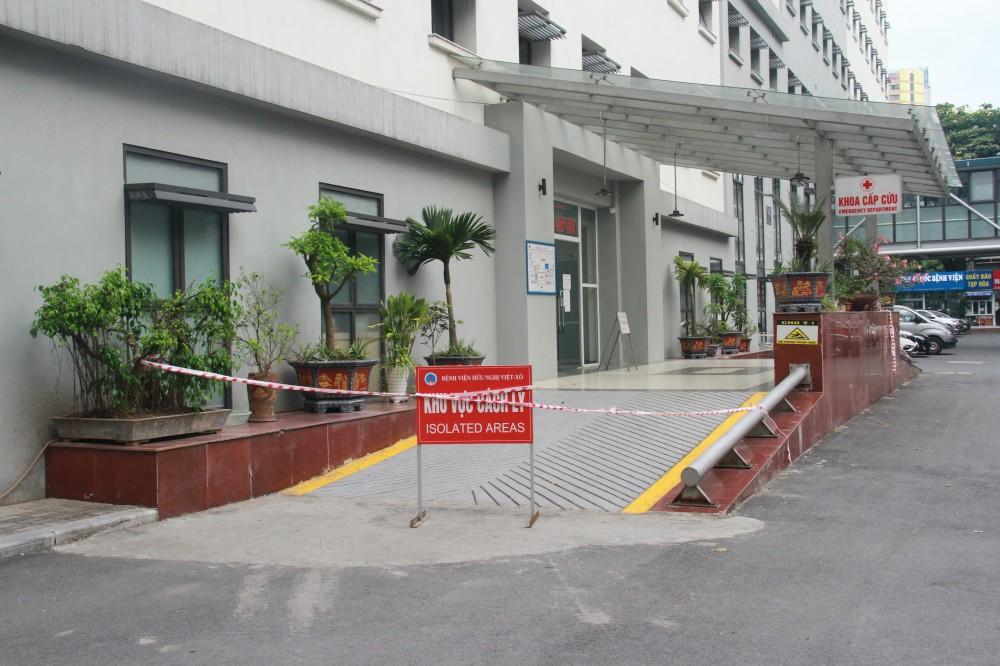 Hàng rào cách ly dựng tại khoa Cấp cứu, nơi 2 bệnh nhân Covid-19 tới Bệnh viện Hữu Nghị để khám. (Nguồn: SK&ĐS)