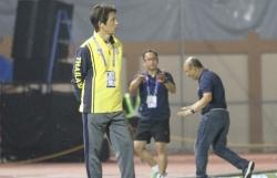 Báo Thái Lan: 'HLV Nishino bất bại khi đối đầu thầy Park'