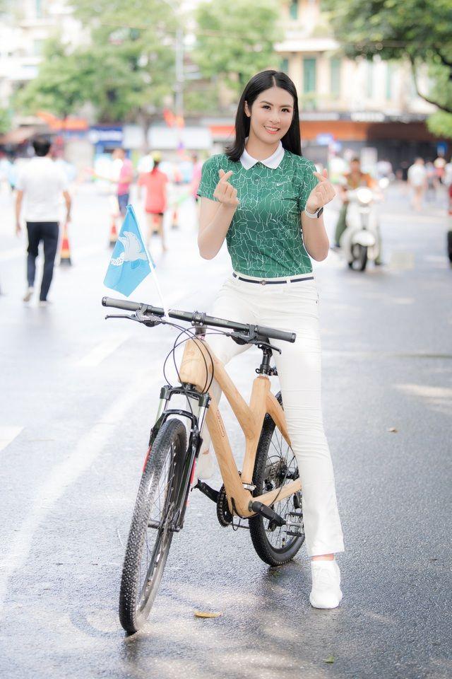 Hoa hậu Ngọc Hân rạng rỡ đạp xe quảng bá hình ảnh Hà Nội xanh