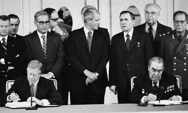 Tổng thống Mỹ Jimmy Carter (trái) và lãnh đạo Liên Xô Leonid Brezhnev ký kết Hiệp ước hạt nhân SALT II, ngày 18/6/1979. (Nguồn: AP)