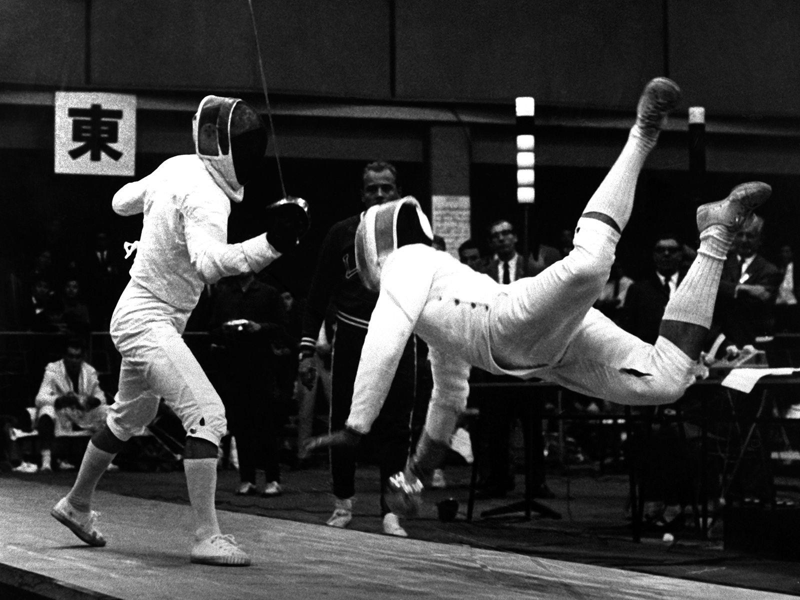 """Vận động viên đấu kiếm người Đức Walter Kostner """"bay trên không"""" trong trận đấu với Jerzy Pawlowski người Ba Lan.( Nguồn:AP)"""