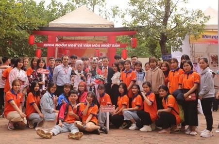 """Sinh viên Viện đào tạo Quốc tế Việt Nhật (VJII) tham dự Lễ hội """"Sắc màu Đại Nam"""" do Trường Đại học Đại Nam tổ chức."""