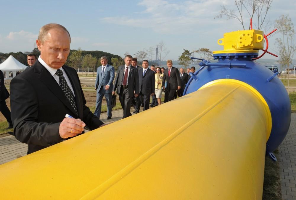 Tổng thống Nga Vladimir Putin ký tên lên đường ống dẫn khí đốt tự nhiên ở thành phố Vladivostok, vùng Viễn Đông của Nga vào ngày 8/9/2011. (Nguồn: AFP)