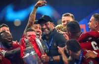 vo dich cup c1 cau thu liverpool duoc thuong nong iphone xs ma vang 24k