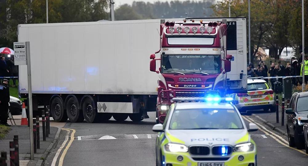 Cảnh sát hạt di chuyển xe container tại khu công nghiệp Waterglade ở thị trấn Grays khỏi hiện trường trong vụ 39 người Việt chết trong container ở Anh. (Nguồn: AFP)