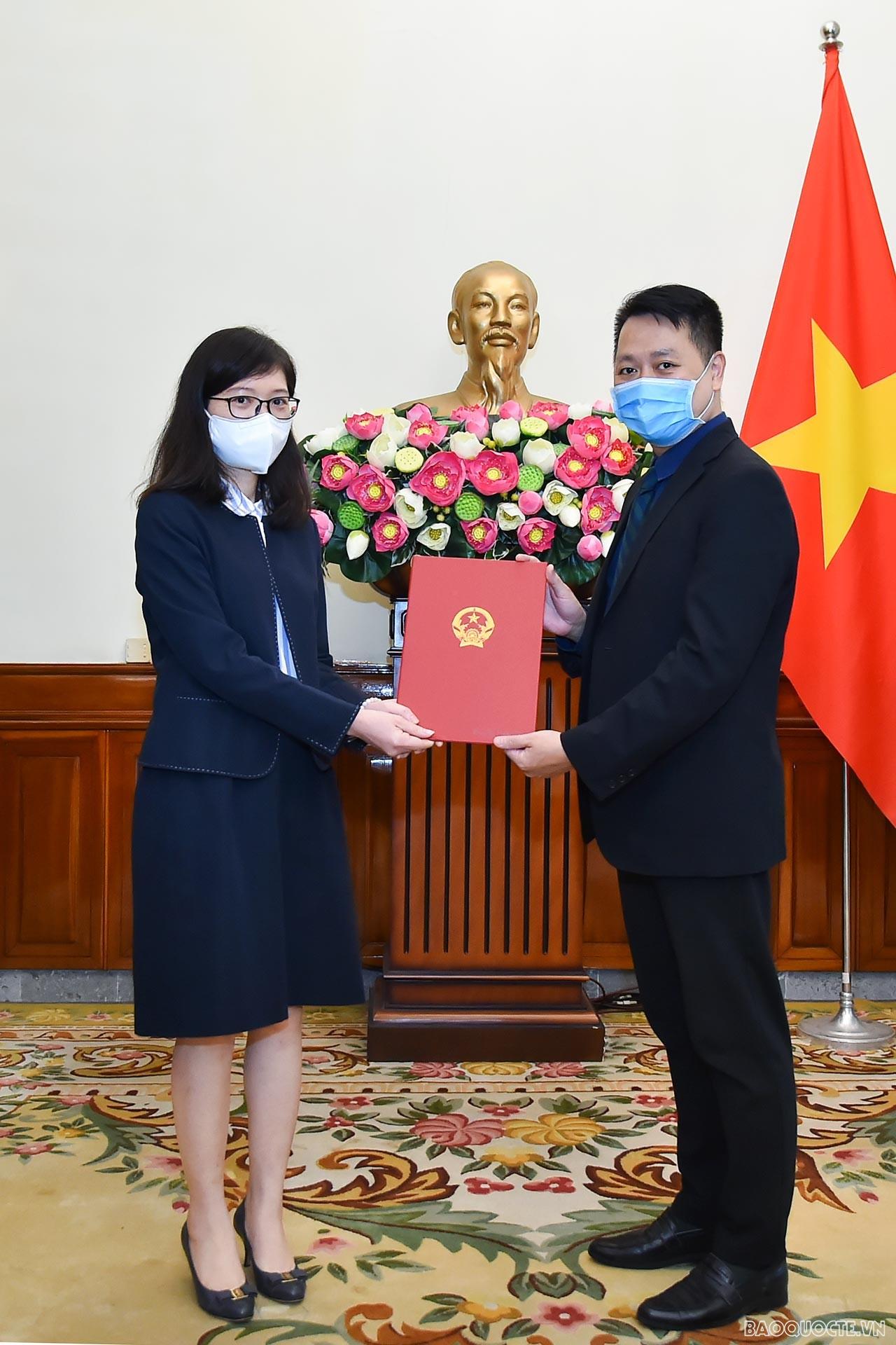 Phó Vụ trưởng phụ trách Vụ Tổ chức Cán bộ Nguyễn Việt Anh đã trao quyết định công nhận bà Phan Thị Minh Giang, là Tập sự Phó Cục trưởng, Cục Lãnh sự.