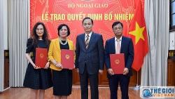 Thứ trưởng Ngoại giao Lê Hoài Trung trao quyết định bổ nhiệm, điều động cán bộ cấp Vụ