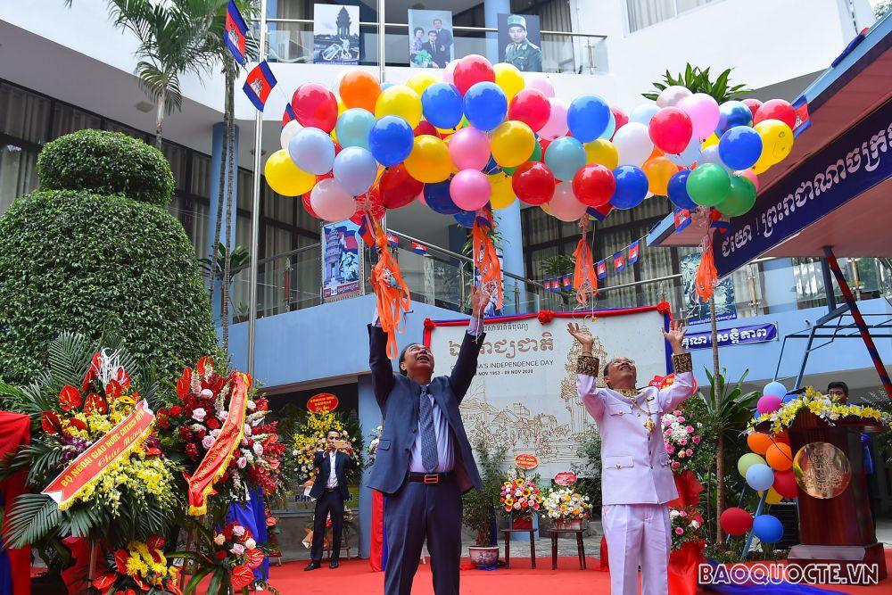 Lễ thượng cờ kỷ niệm 67 năm Quốc khánh Vương quốc Campuchia tại Hà Nội