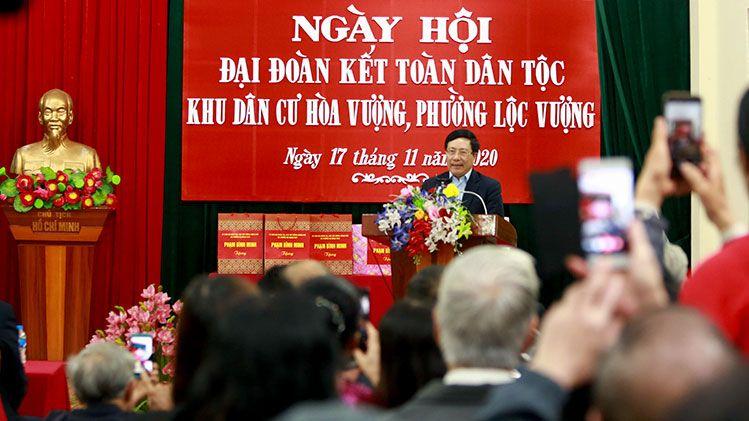 Phó Thủ tướng Phạm Bình Minh chung vui với bà con khu dân cư Hòa Vượng trong Ngày hội Đại đoàn kết dân tộc.