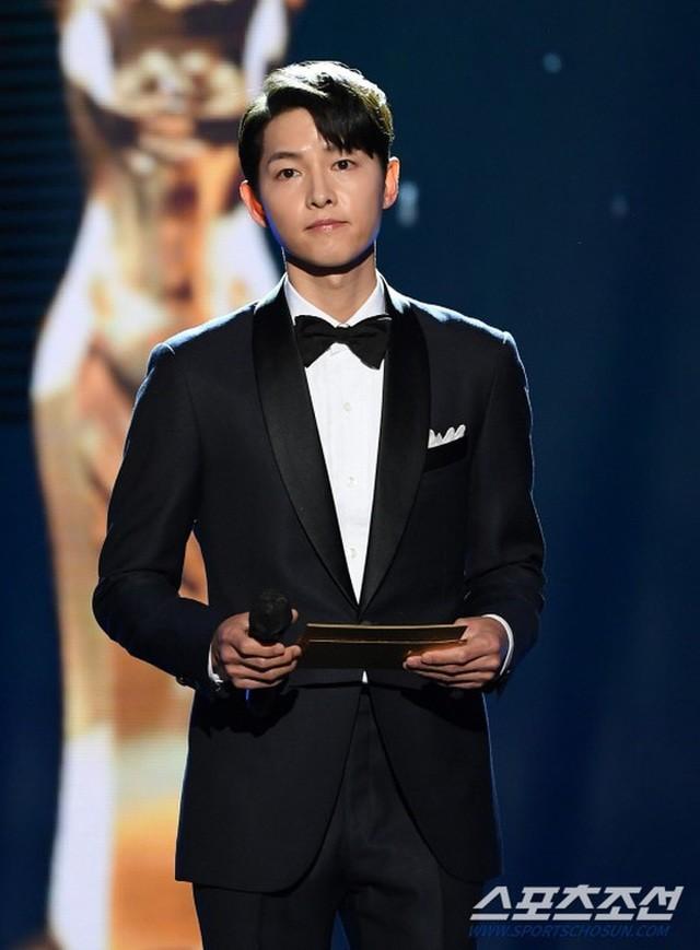 Song Joong Ki bảnh bao bên dàn mỹ nhân tại lễ trao giải Rồng Xanh