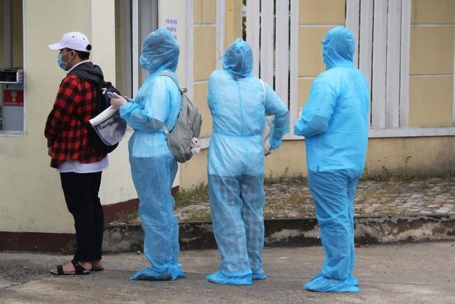 Đà Nẵng: Hơn 40 thí sinh mặc đồ bảo hộ kín mít đến làm thủ tục thi