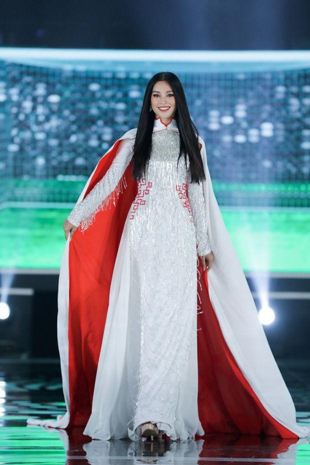 Hoa hậu Đặng Thu Thảo 'nổi bần bật' trước...
